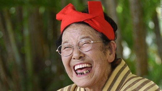 Cụ bà Tomi Menaka, 92 tuổi, trong một buổi biểu diễn ca múa nhạc ở Đảo Kohama, Nhật Bản. (Ảnh: CNN)