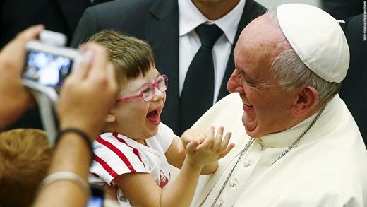 Giáo hoàng Francis và một em bé bị Down tại Vatican. (Ảnh: CNN)