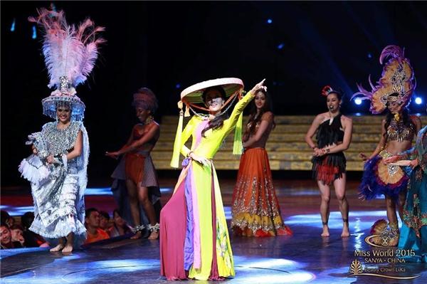 Lan Khuê nổi bật tại Miss world trong áo tứ thân nón quai thao - Tin sao Viet - Tin tuc sao Viet - Scandal sao Viet - Tin tuc cua Sao - Tin cua Sao