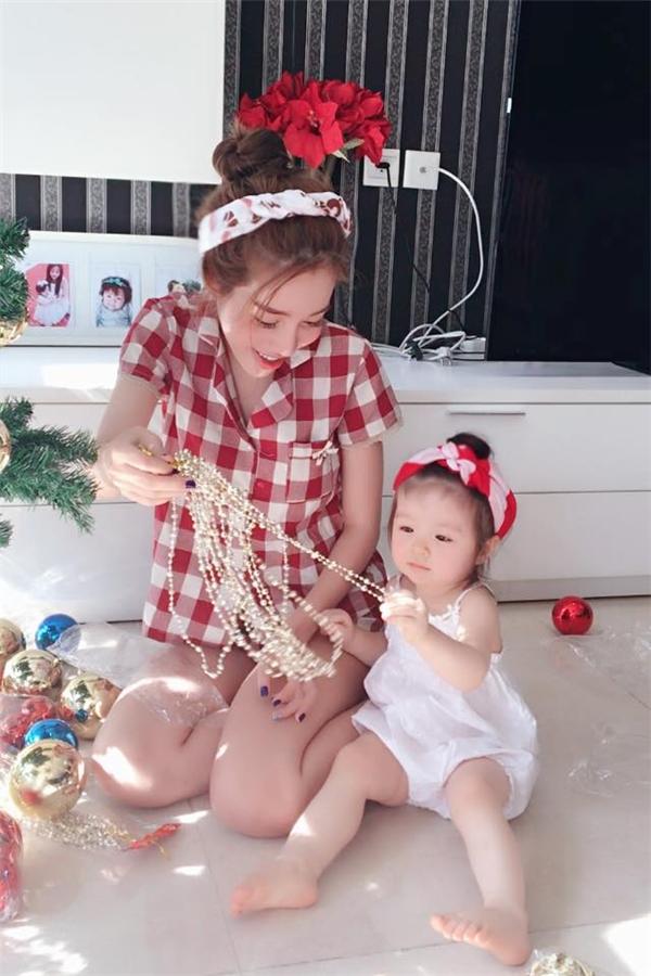 Mẹ con Elly Trần thích thú trang trí cây thông đón Giáng sinh - Tin sao Viet - Tin tuc sao Viet - Scandal sao Viet - Tin tuc cua Sao - Tin cua Sao