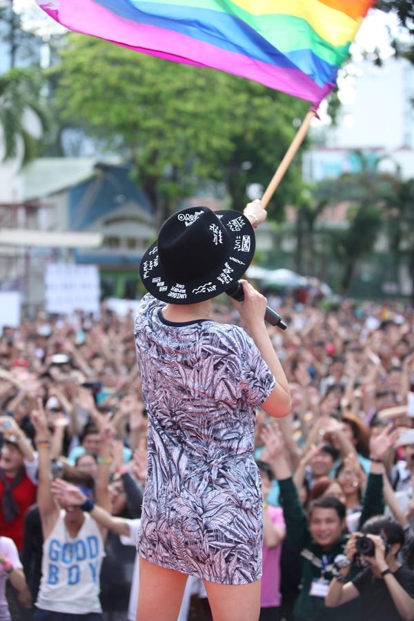 Tóc Tiên cùng cộng đồng LGBT vẫy cao lá cờ sáu sắc - Tin sao Viet - Tin tuc sao Viet - Scandal sao Viet - Tin tuc cua Sao - Tin cua Sao