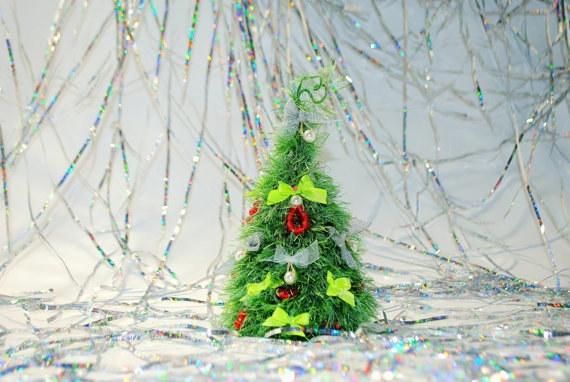 Một cây thông nhỏ xíu đặt ngay chiếc bàn để đèn ngủ đầu giường nhắc bạn nhớ Giáng sinh đang đến thật gần. (Ảnh: BuzzFeed)