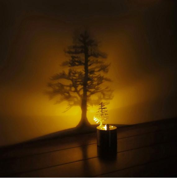 Tạo cây thông ảo bằng cách này có thể tiết kiệm được một khoản tiền trang trí đấy.(Ảnh: BuzzFeed)