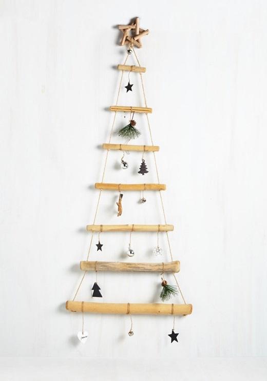 Một vài khúc cây, một đoạn dây thừng dài và vật trang trí cây thông của năm trước... sẽ làm cho căn phòng của bạn tươi mới hơn đấy.(Ảnh: BuzzFeed)