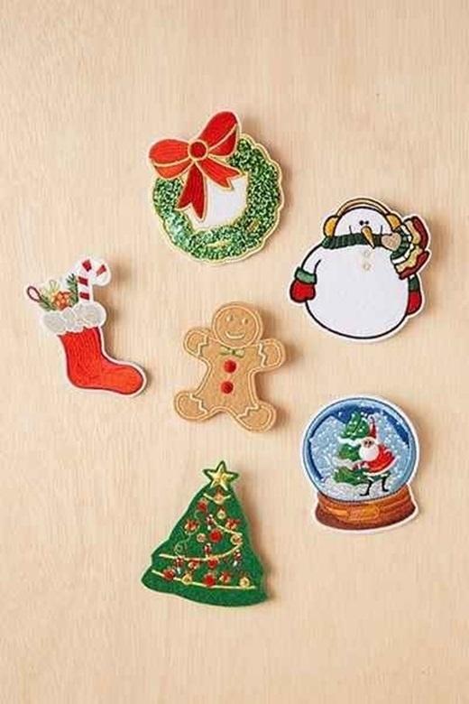 Tìm những hình vẽ đậm chất Giáng sinh, in màu ra giấy bìa cứng và dán lên tường - đơn giản mà hiệu quả.(Ảnh: BuzzFeed)