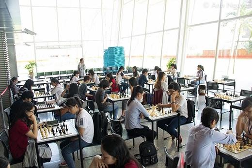 Không khí gay cấn khi giải đấu bắt đầu trận đầu tiên (hình ảnh tại hạng mục thi đấu Nam và Nữ).