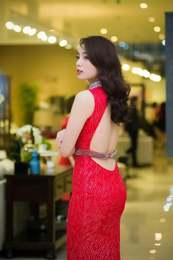 Kỳ Duyên đã giảm cân rất nhiều so với khi mới đăng quang ngôi vị Hoa hậu Việt Nam 2014. Khuôn mặt và thân hình người đẹp sinh năm 1996vì thế mà trở nên thon gọn và chuẩn mực hơn. - Tin sao Viet - Tin tuc sao Viet - Scandal sao Viet - Tin tuc cua Sao - Tin cua Sao