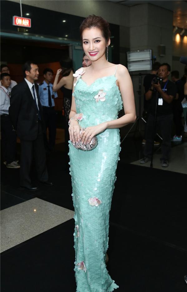 Trúc Diễm gây ấn tượng với bộ váy được thực hiện trên nền chất liệu vảy cá của nhà thiết kế Adrian Anh Tuấn.