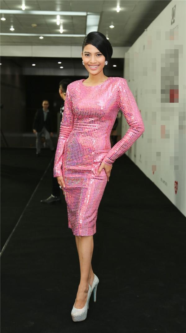 Trương Thị May khoe dáng chuẩn trong bộ váy ánh kim màu hồng ngọt ngào ôm sát cơ thể.