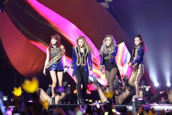 2NE1 tái ngộ khán giả trong một phần trình diễn bất ngờ không được thông báo trước.
