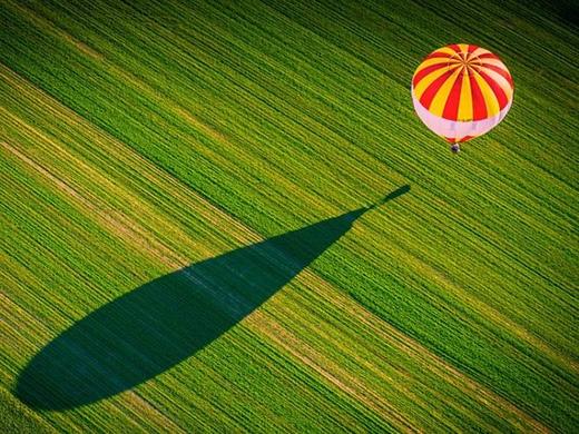 Chiếc kinh khí cầu nhỏ trải bóng trên cánh đồng bao la.(Ảnh: Glen Orsak/SkyPixel)