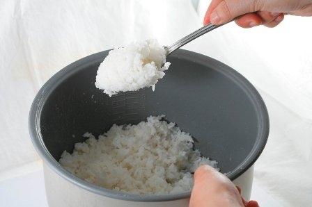 Cơm nguội hoàn toàn an toàn và không có nguy cơ ung thư hay gây ngộ độc nếu được nấu chín và bảo quản đúng cách. Ảnh minh họa.
