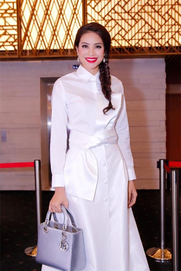 Kiểu tóc thắt bím to một bên trông khá đáng yêu của Phạm Hương.