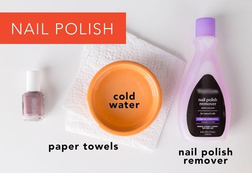 Sơn móng tay: Lấy khăn giấy trải lên bàn. Úp chỗ dính sơn lên mặt giấy. Chấm nước tẩy sơn móng tay lên mặt sau chỗ dính. Liên tục thay khăn giấy khi nó bị ướt. Cuối cùng xả dưới vòi nước chảy. (Ảnh: Greatist)