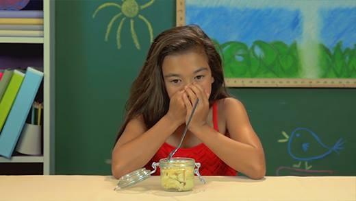 Phản ứng bất ngờ của trẻ em phương tây khi ăn sầu riêng