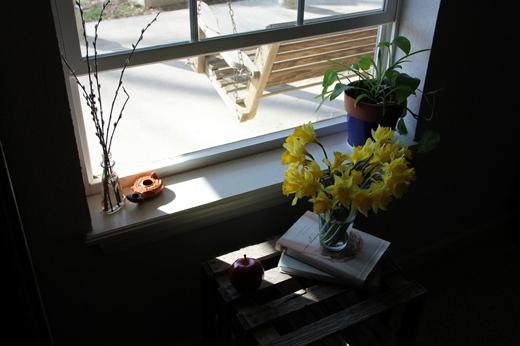 Mỗi buổi sáng mở cửa sổ khoảng 10-15 phút. Cách làm này sẽ giúp căn phòng được thoáng khí, không khí khô bị đẩy ra khỏi phòng, đón không khí tươi mới ẩm ướt vào. Chỉ cần nhớ mặc đủ ấm để không bị cảm lạnh lúc mở cửa. (Ảnh: Internet)