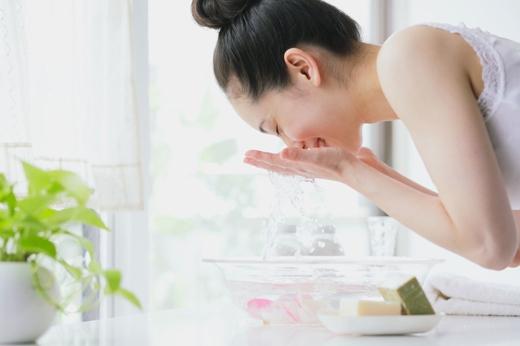 Thay đổi sữa rửa mặt, vì có một số loại sữa chỉ thích hợp với một số loại thời tiết nhất định. Chẳng hạn một số loại sữa rửa mặt có chứa benzoyl peroxide hay salicylic acid thì không phù hợp với mùa đông vì nó làm da bạn thêm khô. (Ảnh: Internet)