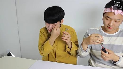 Cười ra nước mắt với thử thách trang điểm của trai Hàn