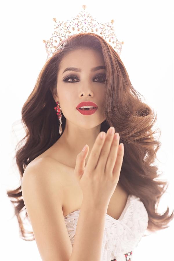 Cận cảnh gương mặt của đại diện Việt Nam tại Miss Universe 2015. Hiện tại, Phạm Hương đang được đánh giá là một trong các ứng cử viên sáng giá cho những ngôi vị hàng đầu. Hiệu ứng truyền thông của Phạm Hương tại cuộc thi cũng như trong nước đang lan tỏa vô cùng mạnh mẽ.