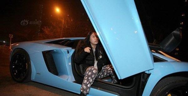 Cô gái thuêsiêu xe để đi