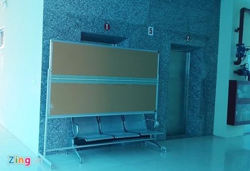 Thang máy nơi nữ sinh gặp nạn đã bị chặn lại. Ảnh: Zing