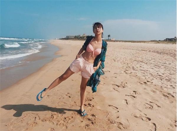 """Quỳnh Anh Shyn """"đánh bay"""" sự tự ti của vòng một nhỏ nhắn khi diện bikini đi biển. (Ảnh Internet)"""