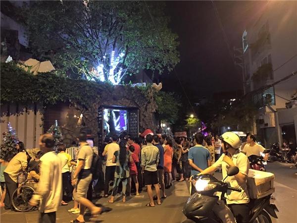 Thậm chí, đến tối muộn mà vẫn có hàng trăm người dân, fan đứng xếp hàng vào xem. - Tin sao Viet - Tin tuc sao Viet - Scandal sao Viet - Tin tuc cua Sao - Tin cua Sao