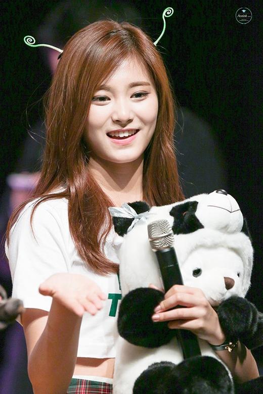Tzuyu (Twice) đốn tim fan với nụ cười xinh đẹp và hai chiếc sừng siêu đáng yêu.