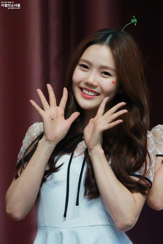Nàng tân binh Hyojung (Oh my girl) cũng dễ thương không kém.
