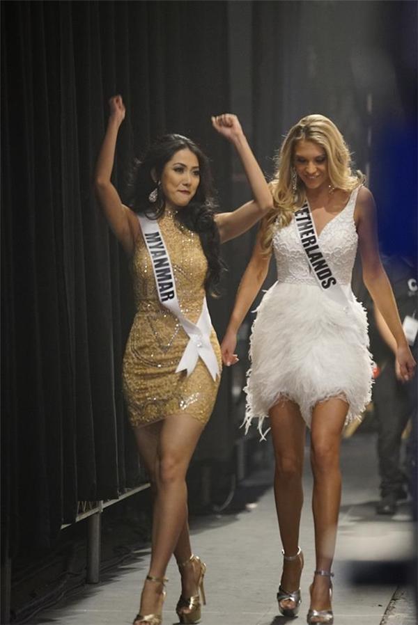 Đại diện của Myanmar và Netherlands nắm tay nhau thân thiết để chuẩn bị cho phần trình diễn, giới thiệu đầu tiên. Ở các thí sinh Hoa hậu Hoàn vũ luôn toát lên sự tự tin, thu hút và vẻ ngoài quyến rũ.