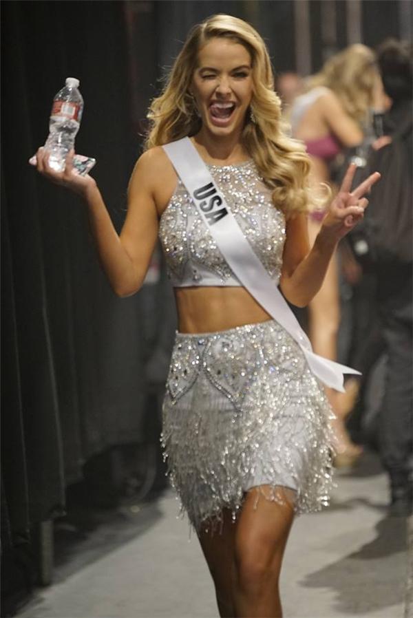 Người đẹp chủ nhà Olivia Jourdan tranh thủ uống nước và thay bikini cho phần trình diễn kế tiếp.