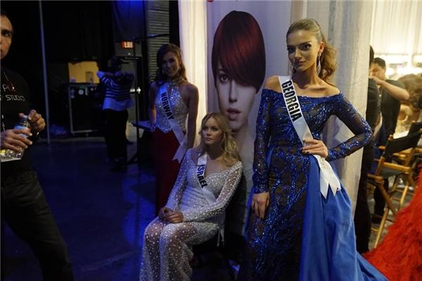 Các thí sinh tranh thủ nghỉ ngơi trước khi chính thức trình diễn trang phục dạ hội.