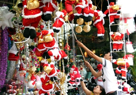 Khu phố người Hoa – Hải Thượng Lãn Ông là khu vực chuyên bán đồ Giáng sinh nổi tiếng ở Sài Gòn. Nếu bạn muốn cảm nhận không khí Noel sớm và mua những món đồ Giáng sinh đẹp, giá cả phải chăng thì không nên bỏ qua địa điểm này. (Ảnh: Internet).