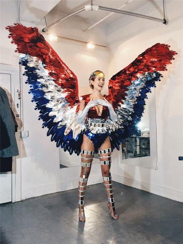 Đại diện của Mỹ với trang phục truyền thống lấy ý tưởng từ quốc kì.
