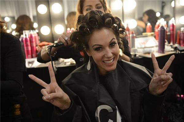 Các cô gái được trang điểm, làm tóc trước giờ lên sân khấu. - Tin sao Viet - Tin tuc sao Viet - Scandal sao Viet - Tin tuc cua Sao - Tin cua Sao