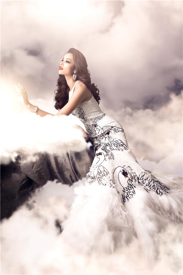 Trước đó, nhiều lời khuyên và dự đoán cũng được đưa ra cho rằng Phạm Hương nên diện bộ váy lộng lẫy này. - Tin sao Viet - Tin tuc sao Viet - Scandal sao Viet - Tin tuc cua Sao - Tin cua Sao