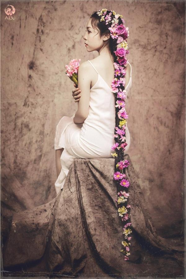 Cô để tóc dài như truyền thống của bà ngoại và mẹ. (Ảnh Ali Bui)