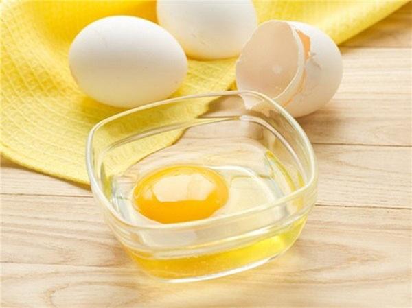 """Ngoài tác dụng làm đẹp da và tái tạo tế bào trên da, ít ai biết đến khả năng trị sẹo lõm tuyệt vời của lòng trắng trứng gà. Protein và các axit amin trong trứng có thể """"biến hóa"""" da mặt bạn trở nên sáng và ít thâm hơn."""
