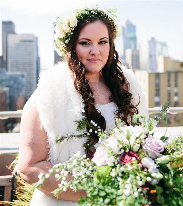 Cô gái nghị lực đã vượt qua nỗi đau để tươi tắn trong ngày cưới nhằm để tưởng nhớ người yêu. (Ảnh: Internet)