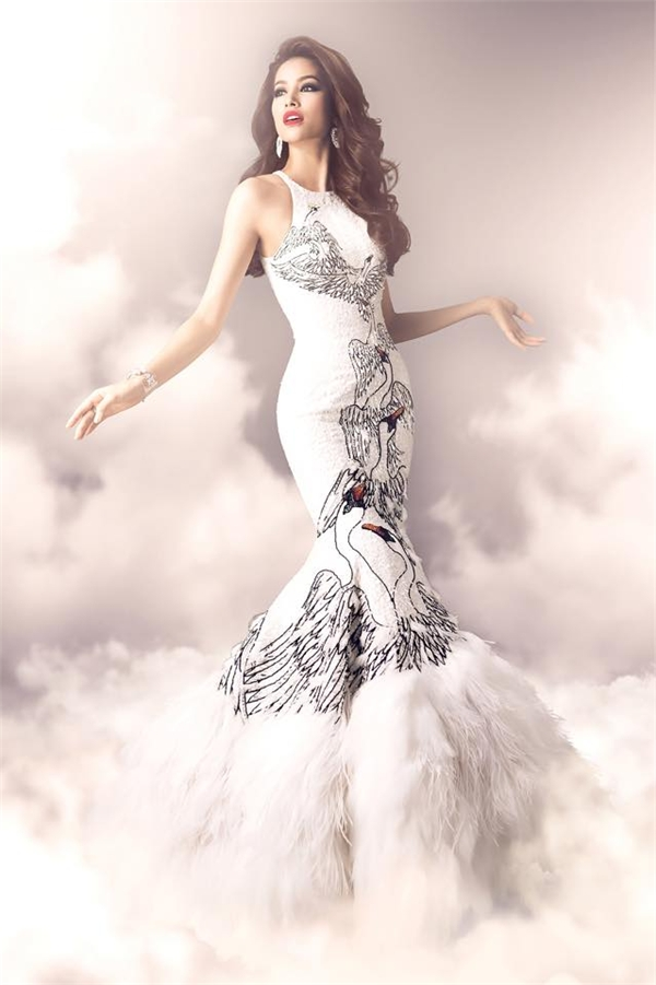Bộ váy được lấy ý tưởng từ sự thanh cao, quý phái của loài thiên nga trắng. Song đó, phần cổ yếm đã góp phần giúp tổng thể trở nên hài hòa, thú vị bởi sự giao thoa văn hóa Á - Âu trên cùng một thiết kế.