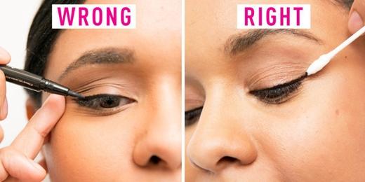 Khi kẻ eyeliner, đừng kéo mắt xếch ra ngoài. Nếu lỡ tay kẻ ra ngoài da, dùng đầu tăm bông nhúng nước tẩy trang và lau sạch.(Ảnh: Internet)