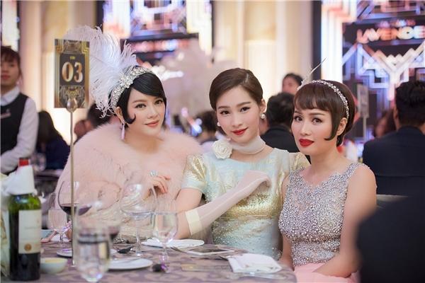 Các người đẹp được dịp hội ngộ và khoe sắc cùng nhau trong sự kiện. - Tin sao Viet - Tin tuc sao Viet - Scandal sao Viet - Tin tuc cua Sao - Tin cua Sao