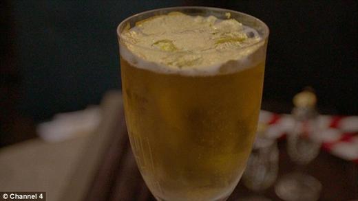 Cận cảnh món đồ uống vàng. (Ảnh: Daily Mail)