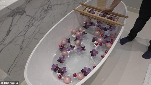 Còn đây là bồn tắm ngọc ngà của những khách hàng trên cả thượng đế. (Ảnh: Daily Mail)