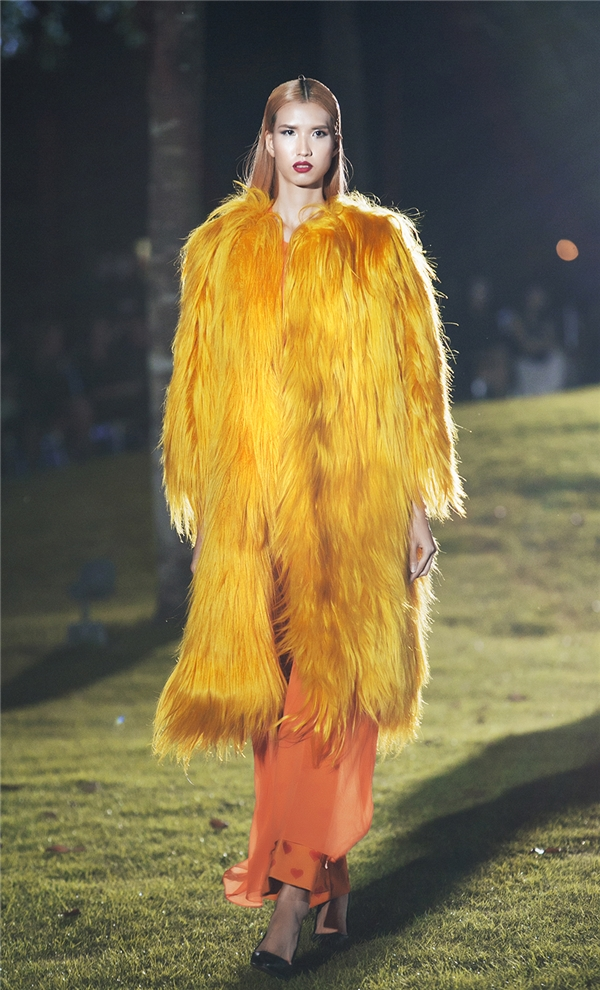 Những chiếc áo lông được nhuộm đa sắc là điểm nhấn khá thú vị trong bộ sưu tập lần này của Đỗ Mạnh Cường.