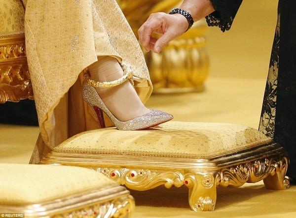 Cận cảnh đôi giàyChristian Louboutin nạm pha lê của cô dâu. (Ảnh: Internet)