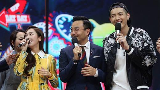 Jessica bất ngờ tái ngộ đồng nghiệp cũ Kris tại Trung Quốc