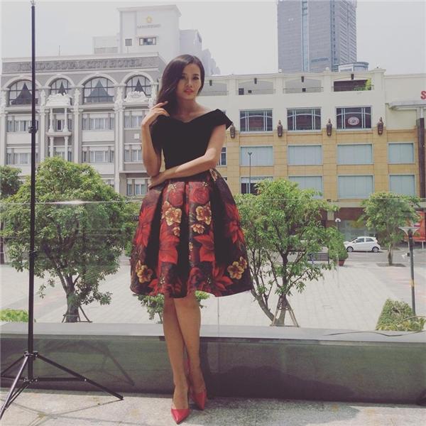 Chân dài Kim Chinom thật điệu đà với bộ váy họa tiết hoa gam màu nóng bỏng. Cô nàng khéo léo lựa chọn giày cao gót tông xuyệt tông góp phần nổi bật giữa phố đông.