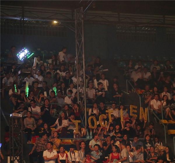 """Các fan thi nhau hò hét tên """"thần tượng"""" khiến không gian đêm trao giải thêm phần náo nhiệt. - Tin sao Viet - Tin tuc sao Viet - Scandal sao Viet - Tin tuc cua Sao - Tin cua Sao"""