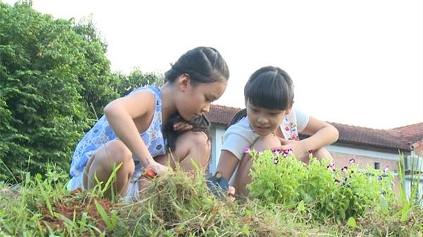 """Trong khi đó, các cô gái mải mê với công việc """"trồng cây gây rừng""""và có những cuộc chuyện trò vui vẻ. - Tin sao Viet - Tin tuc sao Viet - Scandal sao Viet - Tin tuc cua Sao - Tin cua Sao"""
